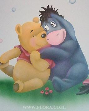 פו הדוב ואיה – ציור הקיר בחדר תינוקות. פו ביחד עם חמור איה יושבים על הדשא.